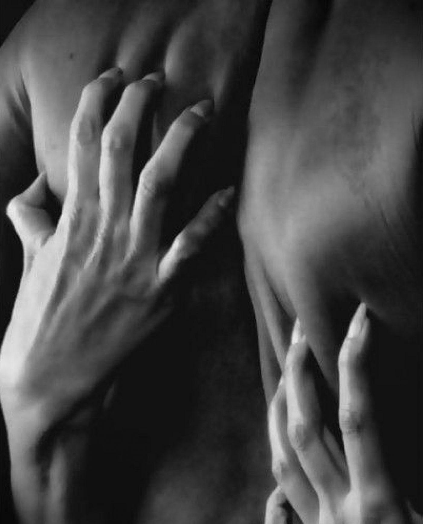 Женская рука на мужской спине